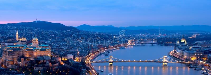Blauw het uurpanorama van Boedapest stock foto