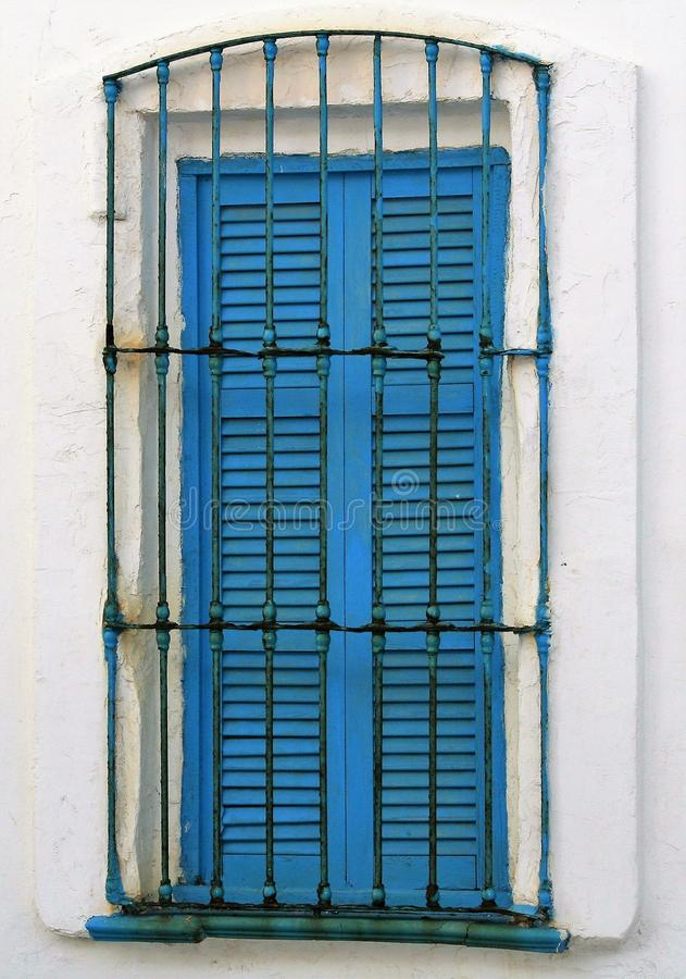 Blauw houten venster in wit huis stock foto's