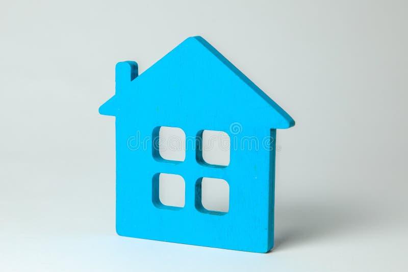 Blauw huis met vensters op grijze achtergrond royalty-vrije stock foto