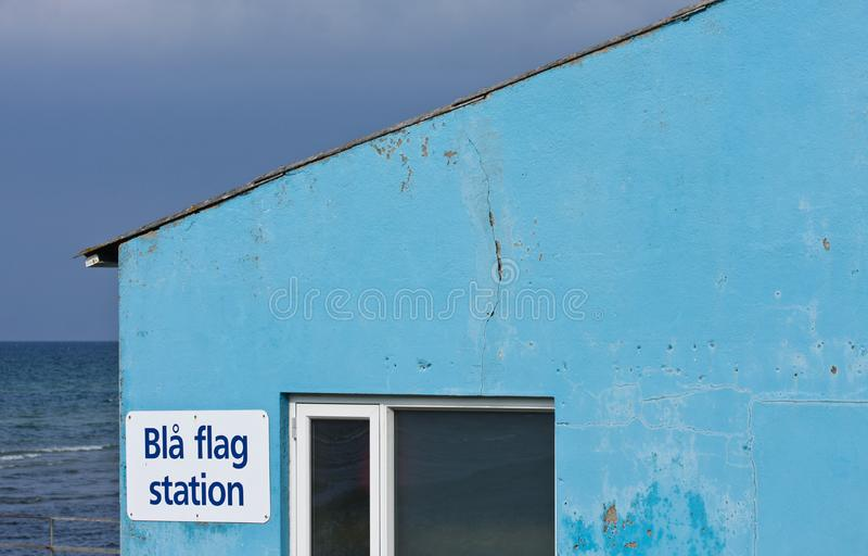Blauw huis op het strand stock foto's