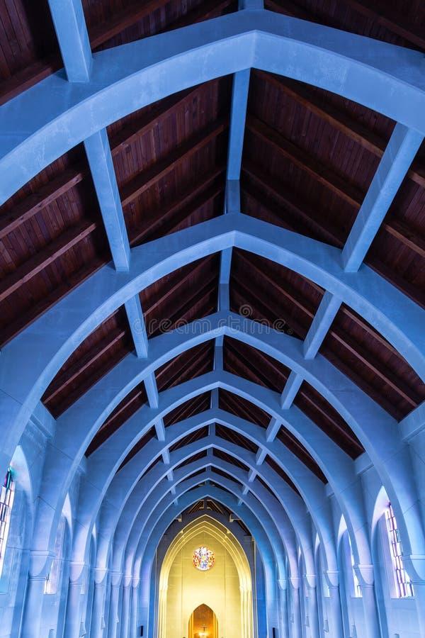 Blauw Licht op Bogen van Gebrandschilderd glas royalty-vrije stock afbeeldingen