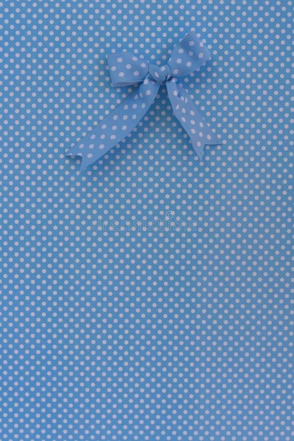 Blauw lint op blauwe achtergrond met witte punten stock afbeelding