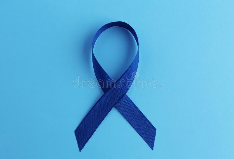 Blauw lint op kleurenachtergrond Dubbelpuntkanker stock afbeelding