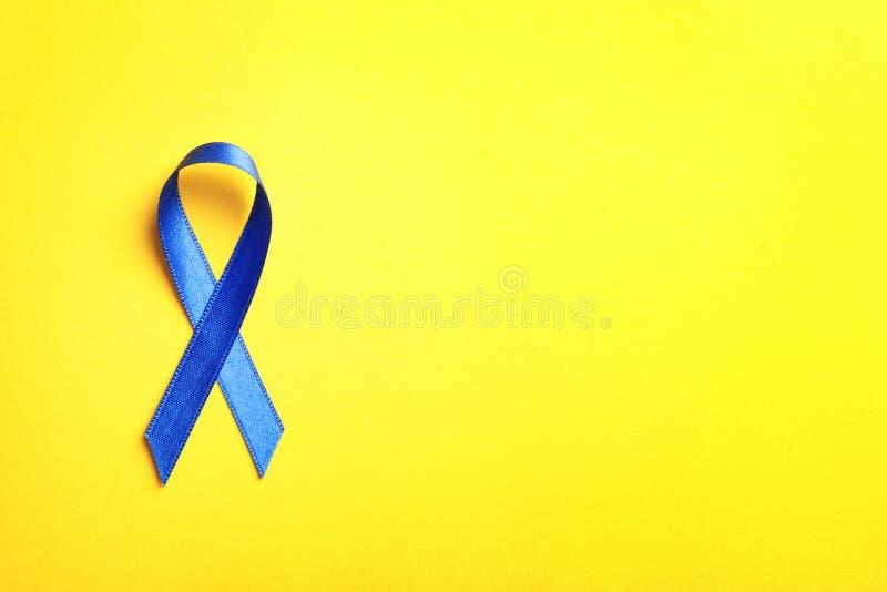 Blauw lint op kleurenachtergrond, hoogste mening royalty-vrije stock afbeelding