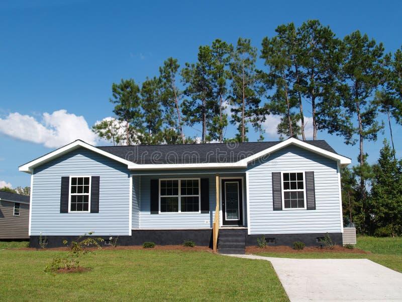 Blauw Low-Income Huis royalty-vrije stock afbeeldingen