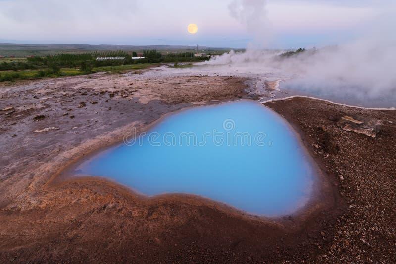 Blauw meer in de vallei van geisers, IJsland stock afbeelding