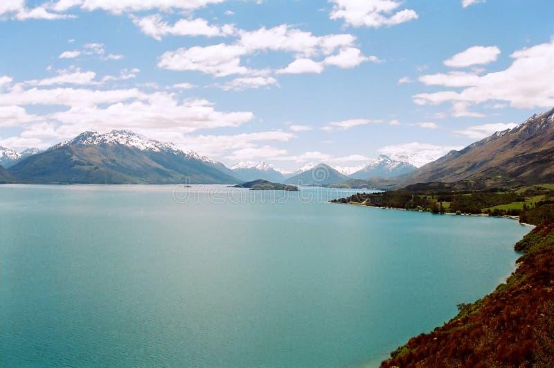 Blauw meer met berg en wolken royalty-vrije stock fotografie