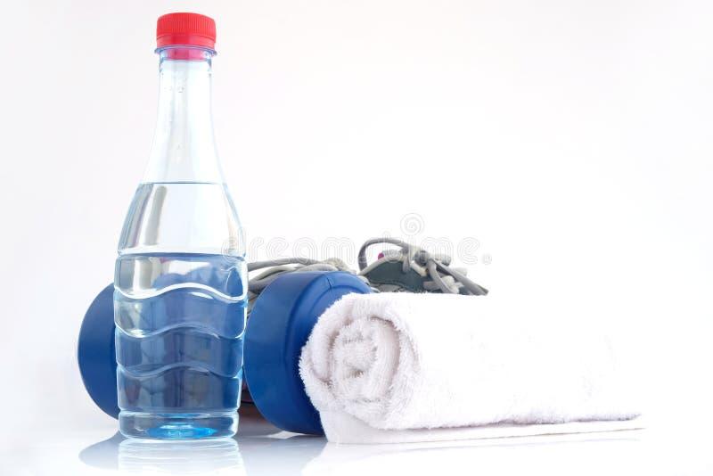 Blauw met een laag bedekt plastiek dumbells en waterfles royalty-vrije stock afbeelding