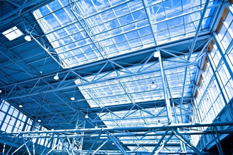 Blauw ongebruikelijk geometrisch plafond stock foto