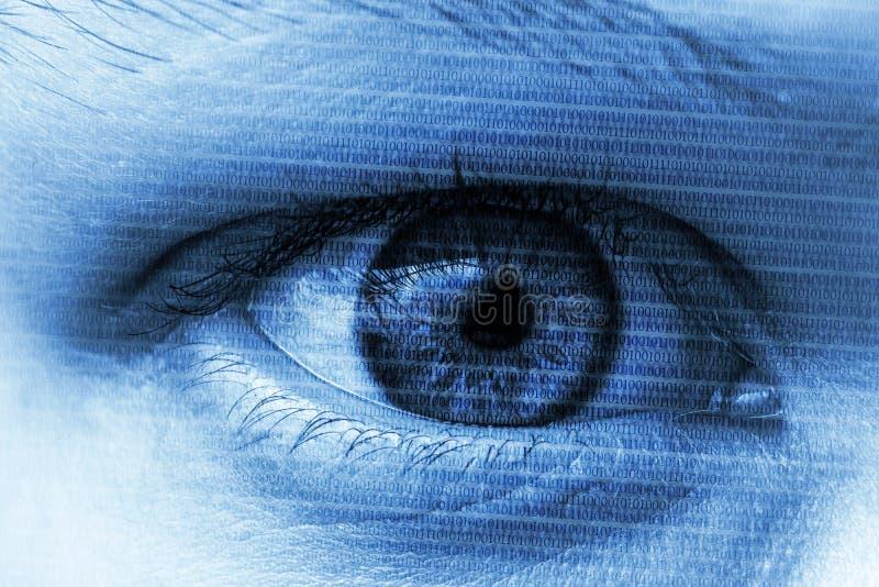 Blauw oog met digitale aantallen die computers symboliseren cybersecurit stock foto's