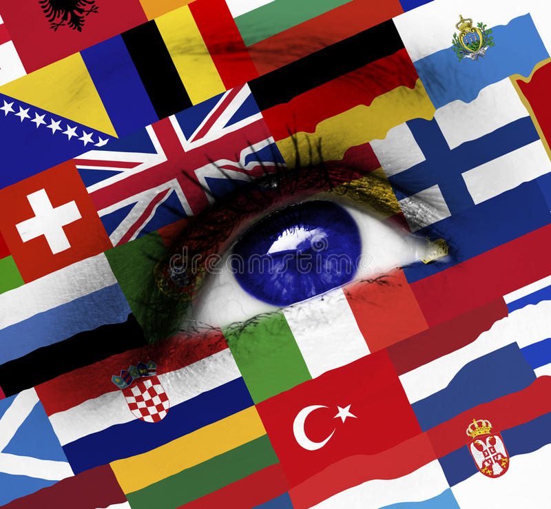 Blauw oog met Europese vlaggen royalty-vrije stock fotografie