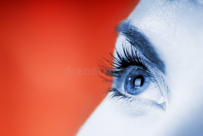 Blauw oog op rode achtergrond royalty-vrije stock foto