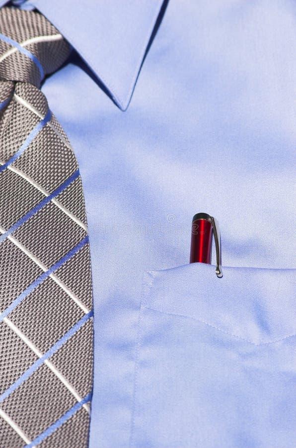 Blauw overhemd met band en rode pen stock afbeeldingen