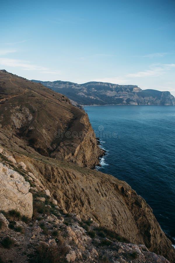 Blauw overzees en berglandschap, Rotsklippen en kustlijn, de Krim stock foto's