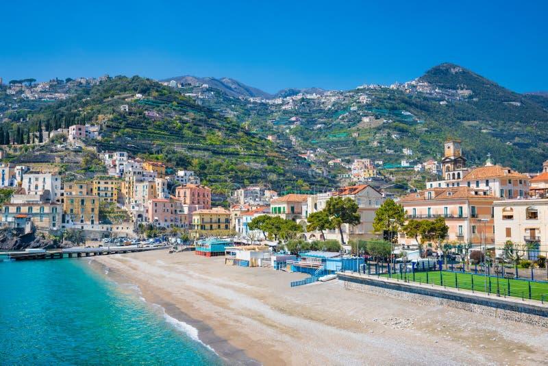 Blauw overzees en strand in Minori, Amalfi Kust, Campania, Italië stock foto