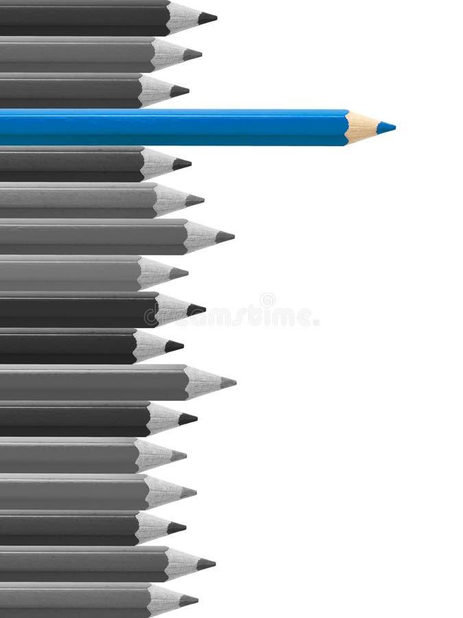 Blauw potlood die van geïsoleerde menigte duidelijk uitkomen royalty-vrije stock afbeeldingen