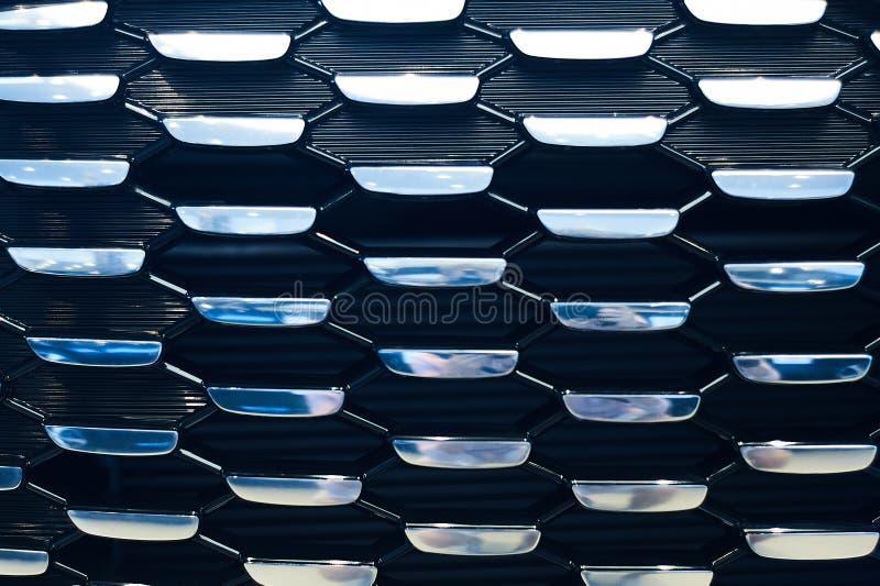 Blauw radiatortraliewerk van nieuwe moderne auto in auto showrooom stock afbeeldingen