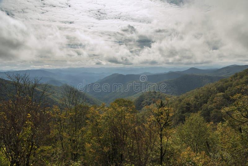 Blauw Ridge Parkway - Grasrijk Ridge Mine Overlook stock fotografie