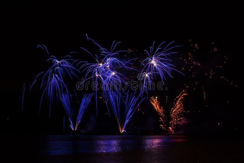 Blauw rijk vuurwerk over Brno Dam met meerbezinning royalty-vrije stock foto