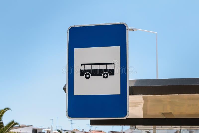 Blauw teken die op een busstation in Portugal wijzen royalty-vrije stock afbeelding