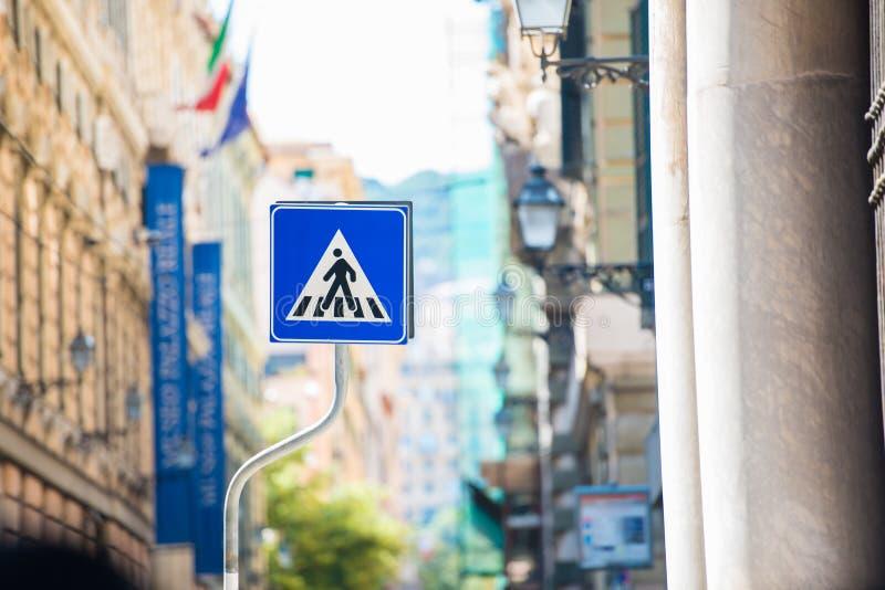 Blauw teken voor een voetgangersoversteekplaats stock foto