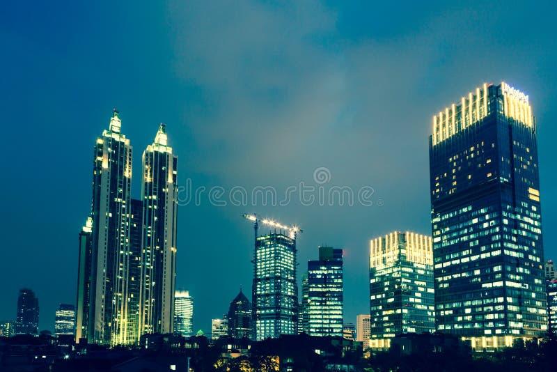 Blauw uur in Djakarta, de hoofdstad van Indonesië stock fotografie