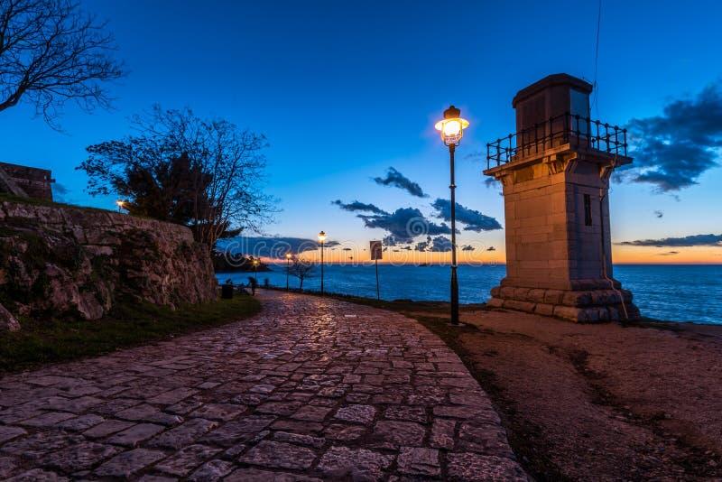 Blauw Uur door het Bliksemhuis in Rovinj royalty-vrije stock foto's
