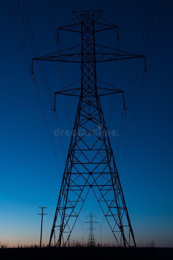 Blauw uursilhouet van een toren van de machtslijn royalty-vrije stock foto