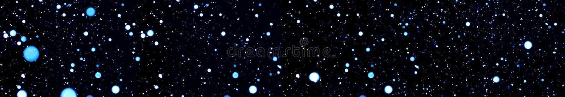 Blauw vaag bokeh op een zwart panorama als achtergrond stock foto