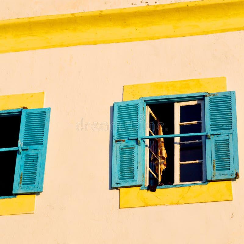 blauw venster in de oude bouw en bruine muur c van Marokko Afrika royalty-vrije stock foto's