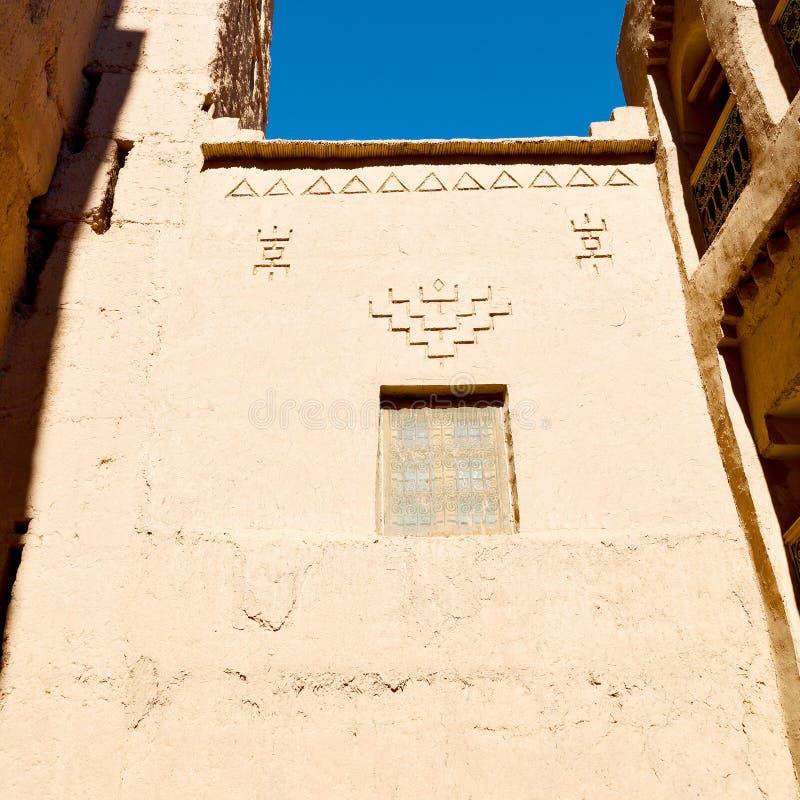 blauw venster in de oude bouw en bruine muur c van Marokko Afrika royalty-vrije stock foto