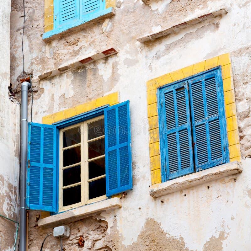 blauw venster in de oude bouw en bruine muur c van Marokko Afrika stock afbeeldingen