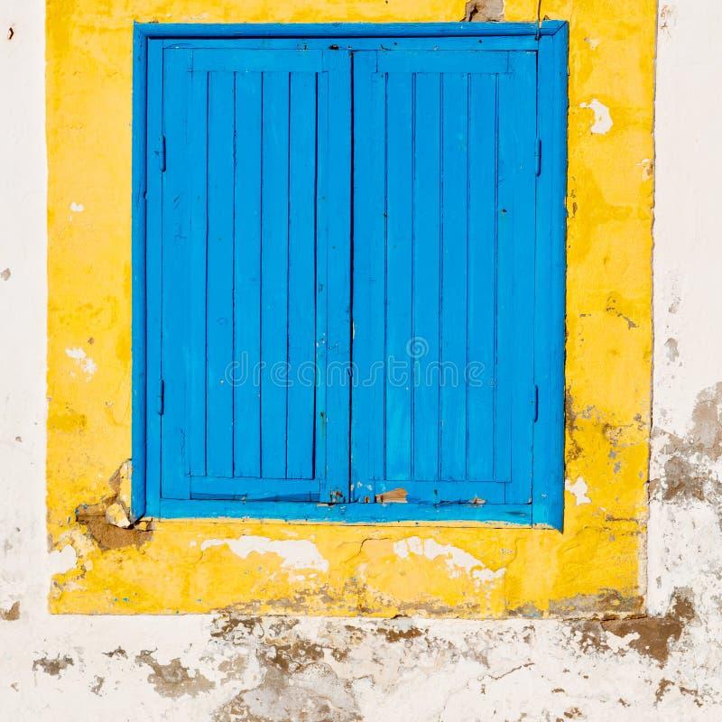 blauw venster in de oude bouw en bruine muur c van Marokko Afrika stock fotografie