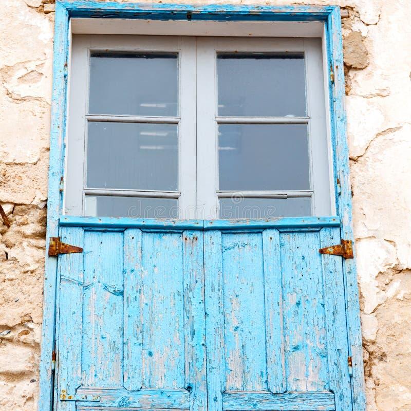 blauw venster in de oude bouw van Marokko Afrika en bruine muur royalty-vrije stock afbeeldingen