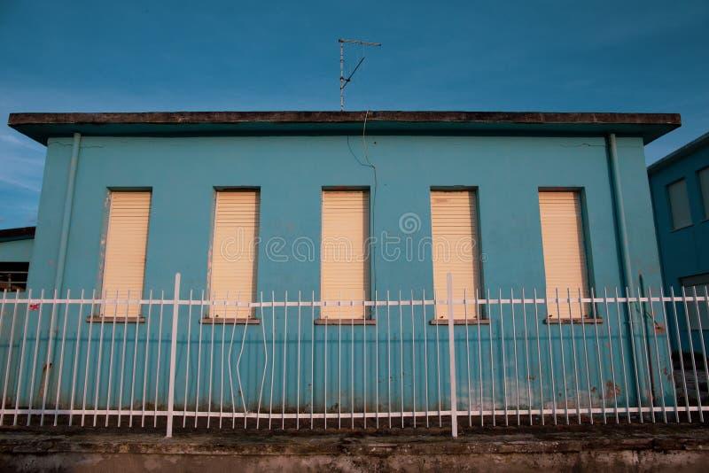 Blauw verlaten huis, gesloten weduwen, waarschijnlijk stock fotografie