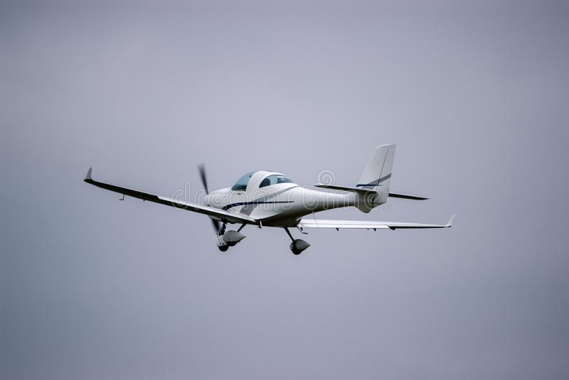 blauw vliegtuig die tegen een blauwe hemel vliegen royalty-vrije illustratie