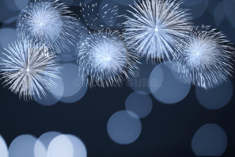 Blauw vuurwerk en vaag bokeh licht met exemplaarruimte in Kerstmis en Nieuwjaar Abstract achtergrondvakantieconcept royalty-vrije stock afbeelding