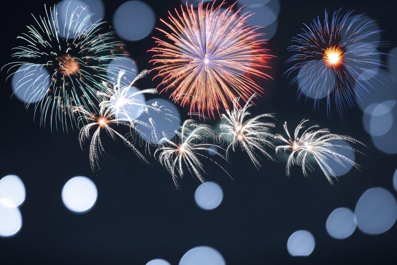 Blauw vuurwerk en vaag bokeh licht met exemplaarruimte in Kerstmis en Nieuwjaar Abstract achtergrondvakantieconcept stock foto's