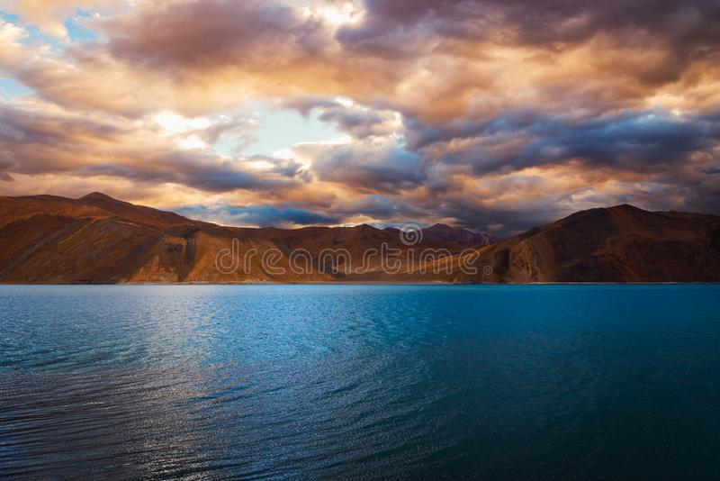 Blauw water bij Pangong-meer Pangong Tso met kleurrijk bewolkt hemel, Leh, Ladakh, Jammu en Kashmir, India stock fotografie