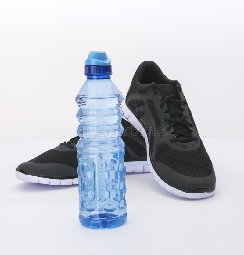 Blauw Water en Zwarte Schoenen royalty-vrije stock fotografie