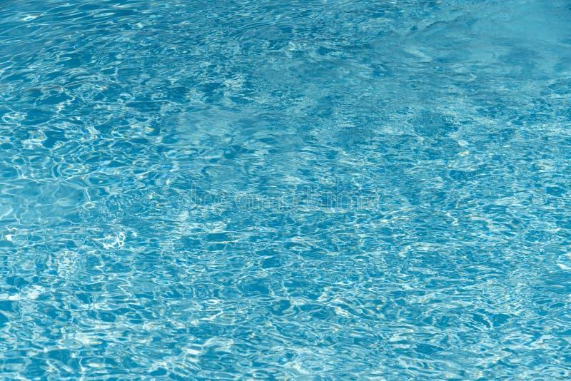 Blauw water op zwembadachtergrond Rimpelingswater in zwembad met zonbezinning Blauw gegolft zwembad royalty-vrije stock foto's