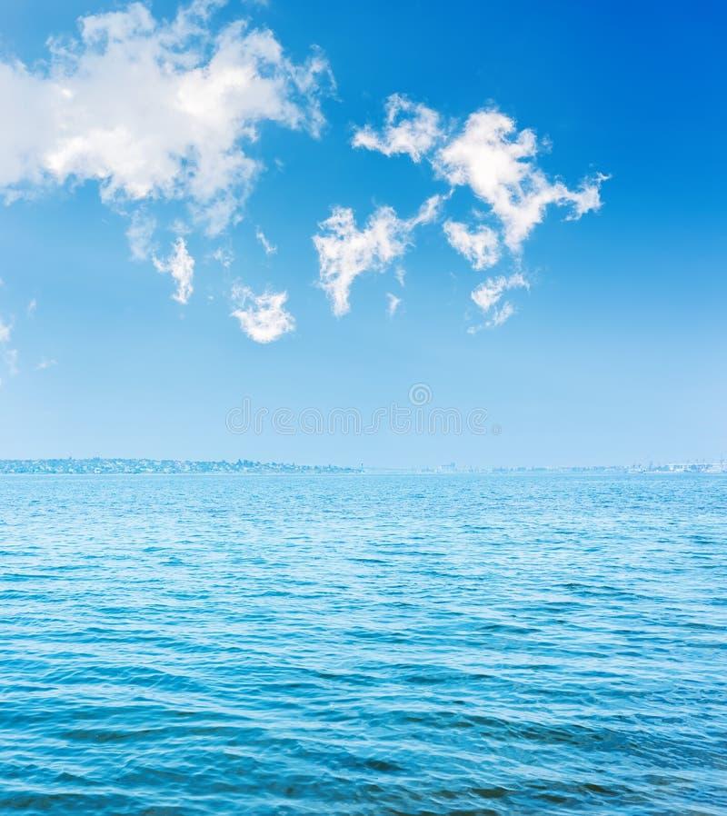 blauw water in rivier en wolken over het royalty-vrije stock afbeeldingen