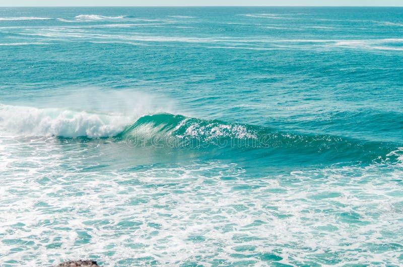 Blauw water van de Atlantische Oceaan met golf en schuim stock afbeeldingen