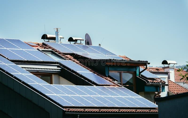 Blauw-zwarte zonnecellen en photovoltaic cellen op het dak van een flatgebouw stock afbeeldingen