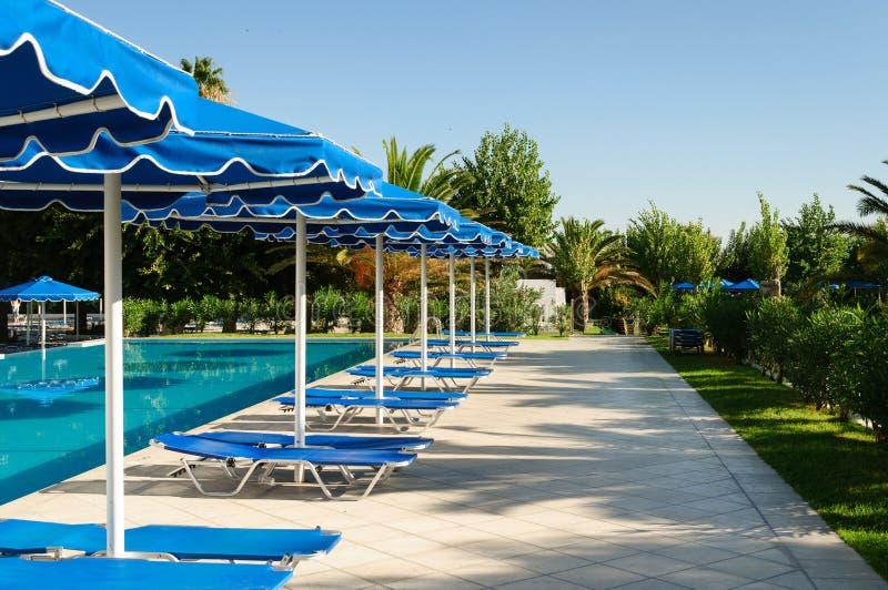 Blauw zwembad bij luxehotel, Griekenland royalty-vrije stock foto