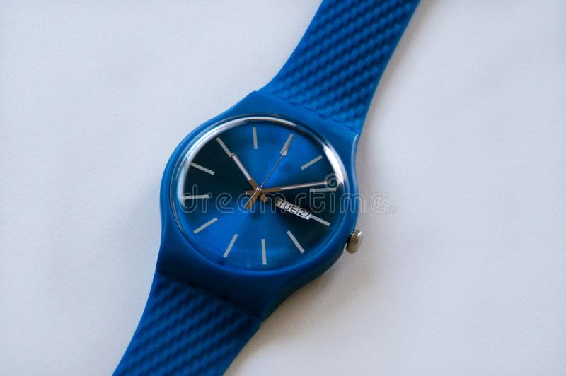 Blauw zwitserse horloge met rubberen riem dicht witte achtergrond stock foto