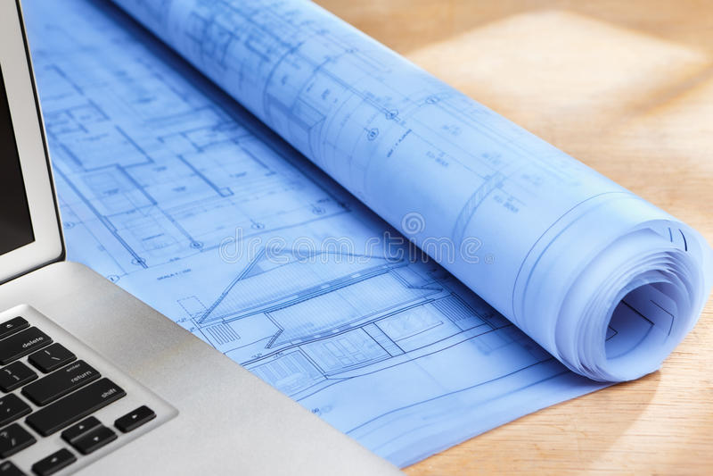 Blauwdruk op houten bureau royalty-vrije stock afbeelding