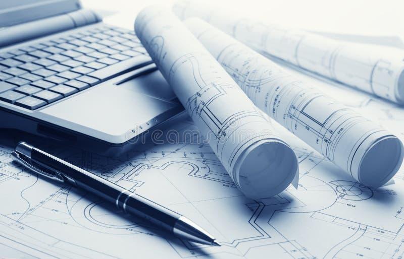 Blauwdrukken en laptop stock afbeeldingen