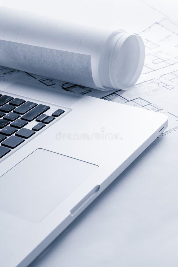 Blauwdrukken met Laptop Computer royalty-vrije stock foto