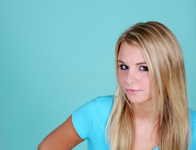 Blauwe achtergrond met blonde meisje stock fotografie